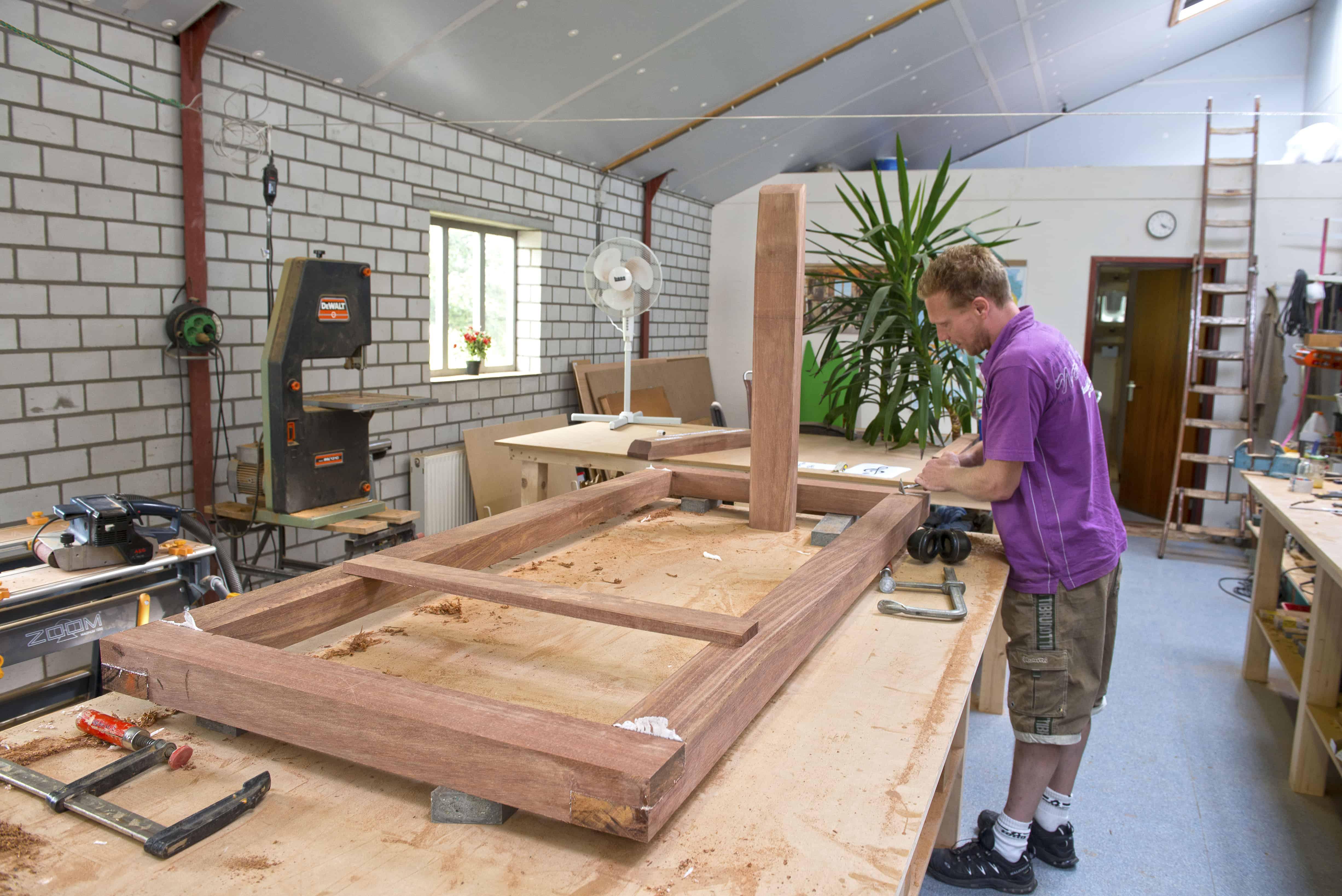 houten grafmonumenten, werkplaats